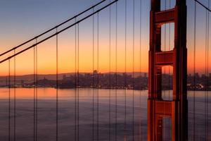 gyllene gate bridge i gryningen foto