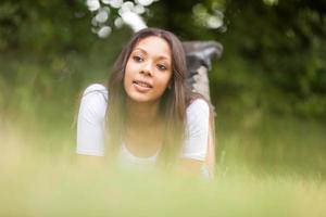 porträtt av en vacker afrikansk ung kvinna utomhus foto