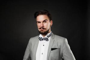 stilig kille med skägg och mustasch i kostym foto