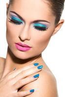 vacker flicka med färgglad makeup foto