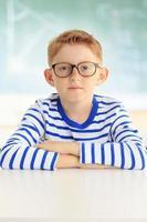 ung student sitter vid skrivbordet foto