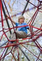 pojke klättring på lekplatsen