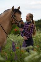 tonårsflicka med sin häst foto