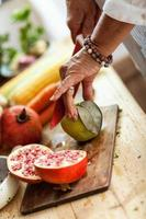 förbereda fruktsallad foto