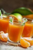 färsk juice av mogna mandariner foto