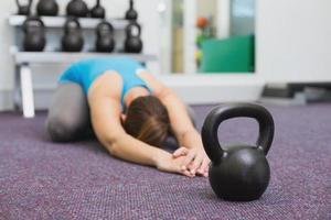 passform brunett träna med kettlebell foto