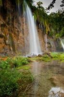 vattenfall i den djupa skogen foto
