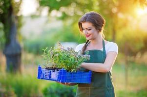 ung kvinna trädgårdsskötsel foto