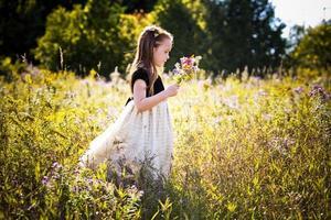 porträtt av en liten flicka i parken foto