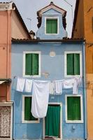 litet blått hus i burano nära Venedig foto