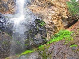 på nära vattenfall foto