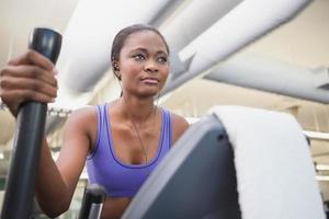 fit kvinna som tränar på korstränaren foto