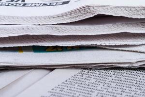 stäng upp tidningar foto