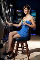 ung kvinna med cocktail i ett kasino foto
