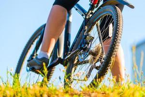 cyklist i parken tidigt på morgonen foto