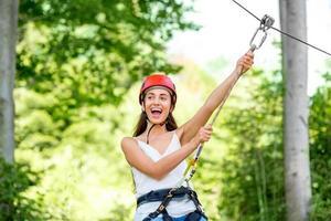 kvinna som rider på en zip-linje foto