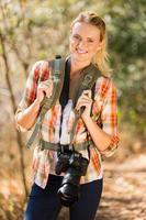 ung kvinna vandra i höstens berg foto