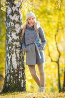 ung kvinna på hösten foto