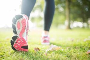 närbild av rosa sulor från löpskor foto