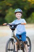 barn ridning cykel foto