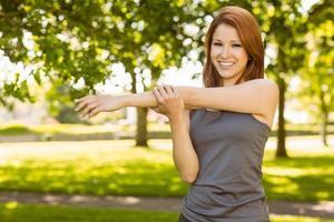 porträtt av en vacker rödhårig stretching foto