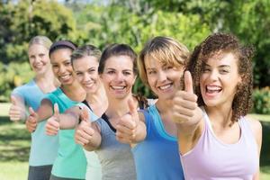 fitness grupp ler mot kameran foto