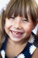 porträtt av en glad liten tandlös tjej foto