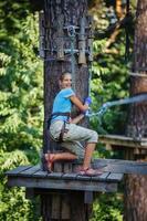 flicka i en klättrande äventyrspark foto