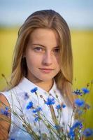 blond tjej i en äng