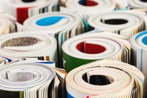 färgglada tidskrifter på nära håll foto