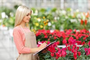 behaglig blomsterhandlare som håller mappen foto