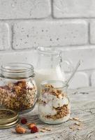 hemlagad granola och naturlig yoghurt foto