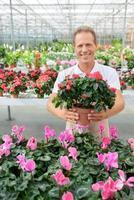 professionell blomsterhandlare i växthuset foto