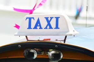 närbild taxi skylt. foto