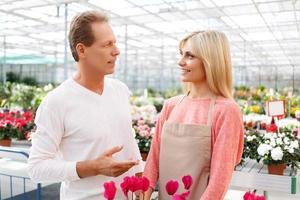 professionell blomsterhandlare som säljer blommor foto