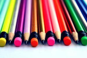 skärpa färgglada pennor foto