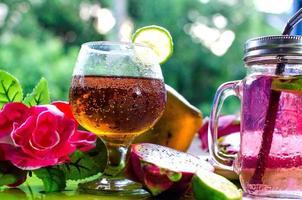 färgglada cocktails på nära håll foto