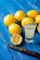 färska citroner på den blå träbakgrunden foto