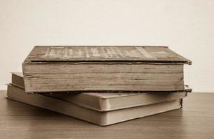 gammal bok på nära håll foto