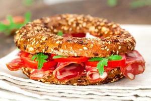 bagel smörgås på nära håll foto