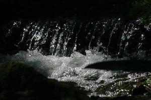 vatten faller på nära håll foto