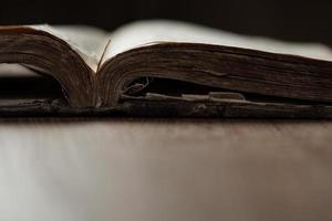 bild av en gammal helig bibel på träbakgrund foto