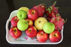 frukt i fruktbricka foto