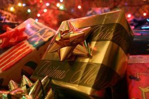 julklappar under träd foto