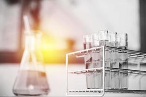 kemiska provrör i glaslaboratorium med vätska. selektiv fokus foto