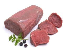 rå hjortkött med garnering mot vit bakgrund foto