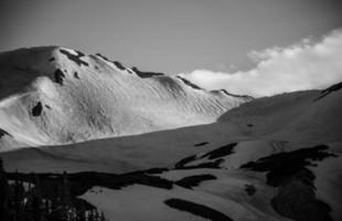slingrande snötäckta tundra steniga berg colorado foto