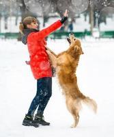 tjej med sin hund foto