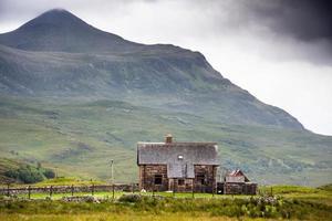litet stenhus inhighlands, Skottland, Storbritannien foto