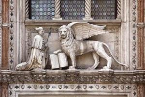 skulptur ovanför porta della carta vid doges palats foto